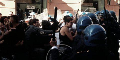 Scontri tra Polizia e studenti vicino al Teatro Massimo dove Renzi ha inaugurato l'anno accademico