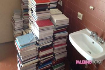 Tesi accatastate in bagno